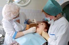 De arts en de verpleegster maken medische inspectie Royalty-vrije Stock Foto's