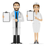 De arts en de verpleegster specificeren op vorm Stock Foto's