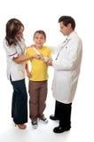 De arts en de verpleegster staan patiënt bij royalty-vrije stock foto's