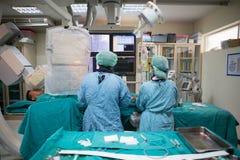 De arts en het personeel behandelen met Angiografie Stock Afbeelding