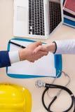 De arts en de manager die industriële verzekeringsdekking goedkeuren royalty-vrije stock fotografie