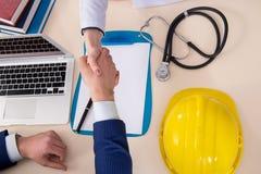 De arts en de manager die industriële verzekeringsdekking goedkeuren royalty-vrije stock foto