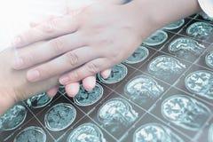 De arts geeft hoop aan ernstig zieke patiënt Royalty-vrije Stock Afbeeldingen
