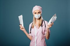 De arts in glazen houdt een medisch hulpmiddel in handen Stock Foto