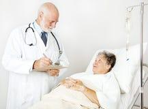 De arts herziet Medische Geschiedenis Stock Fotografie