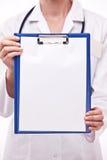 De arts houdt klembord met leeg blad. Stock Fotografie