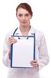 De arts houdt klembord met leeg blad Royalty-vrije Stock Afbeelding