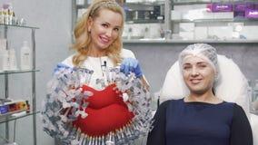 De arts houdt symbool van kliniek - stuk speelgoed grote lippen met spuiten