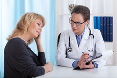 De arts informeert de patiënt over resultaten van onderzoek stock fotografie