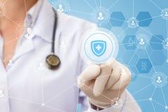 De arts klikt op het pictogram van de bescherming van de gezondheid Stock Foto