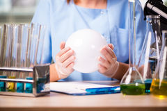De arts in laboratorium met crystallbal royalty-vrije stock afbeelding