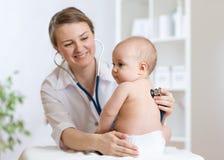 De arts luistert aan babyhart met stethoscoop Royalty-vrije Stock Foto