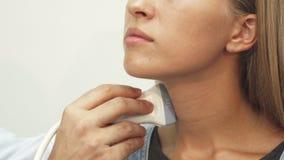 De arts maakt een ultrasoon onderzoek van lymfeknopen stock footage