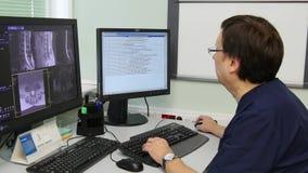 De arts maakt ruggemerg en ruggegraattomografie op MRI-aftasten stock footage