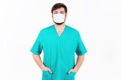 De arts in masker toont emotie Op de witte achtergrond Stock Afbeeldingen