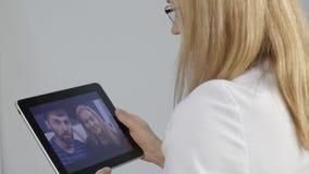 De arts meldt de resultaten van het algemeen medische onderzoek door videopraatje met een echtpaar online geneeskunde 4K stock footage