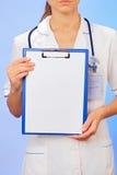 De arts met copyspaced klembord royalty-vrije stock foto's