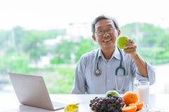 De arts met fruit adviseert om de de met laag vetgehalte groene appel en melk van de gezonde voedingvezel te eten stock foto