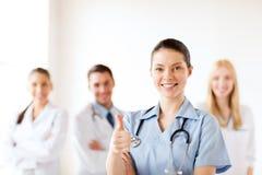 De arts met groep dokters het tonen beduimelt omhoog Royalty-vrije Stock Foto's