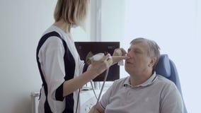 De arts onderzoekt neusod de volwassen mens met ENT telescoop stock video
