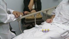 De arts raadpleegt patiënt (8 van 11) stock video