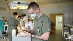 De arts registreert de resultaten van geduldige behandeling stock footage