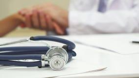 De arts ` s schudt handen met de patiënt stock foto