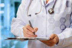 De arts schrijft een Voorschrift stock foto