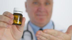 De arts Smile en adviseert Zeker Geneesmiddel van een Medische Ontvanger stock videobeelden