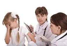 De arts spuit inenting aan kind in. Royalty-vrije Stock Foto's