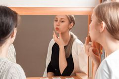 De arts toont de correcte plaats van de lippen bij een bepaald geluid stock foto
