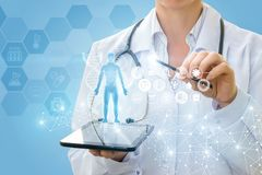 De arts toont een virtueel hologram van uw tablet royalty-vrije stock afbeelding