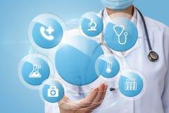De arts toont de pictogrammen van gezondheid het testen stock foto