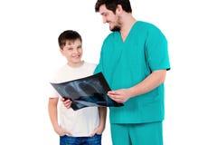 De arts toont röntgenstralen van de patiënt op een witte achtergrond Royalty-vrije Stock Foto