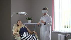 De arts toont vrouwelijke geduldige VR-glazen stock videobeelden