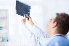 De arts toont x-ray beeld Royalty-vrije Stock Afbeelding