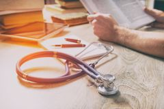 De arts treft voor het examen voorbereidingen Stock Foto's