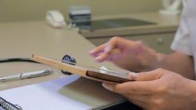 De arts typt op digitale tablet stock footage