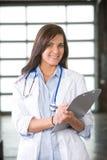De arts van de vrouw in een modern bureau Stock Afbeelding