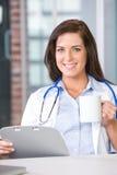 De arts van de vrouw in een modern bureau Stock Foto's