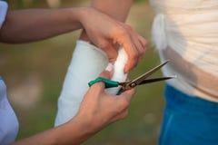 De arts verbindt de hand van patiënt De verpleegster zet een verband stock foto's