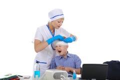 De arts verbond het hoofd een kleine patiënt Stock Fotografie