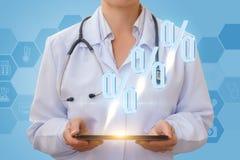 De arts verstrekt een korting in het netwerk Stock Foto