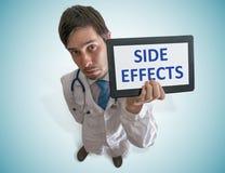 De arts waarschuwt voor bijwerkingen van geneeskunde Mening vanaf bovenkant stock afbeelding