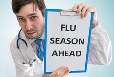 De arts waarschuwt vooruit voor griepseizoen Mening vanaf bovenkant Royalty-vrije Stock Foto