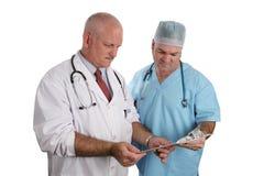 De artsen herzien een Grafiek Stock Foto