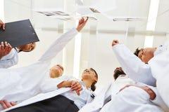 De artsen in leertijd leren over röntgenstraal royalty-vrije stock afbeelding