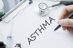 De artsenhand schrijft de tekst van de Astmaziekte Stock Fotografie