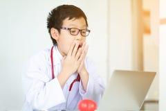 De artsenjongen bekeek laptop met een geschokte uitdrukking op whi Royalty-vrije Stock Foto