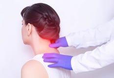 De artsenneuroloog onderzoekt de pijnlijke hals van de patiënt op een geknepen een medische zenuw en uitsteeksel van de stekel, stock foto's